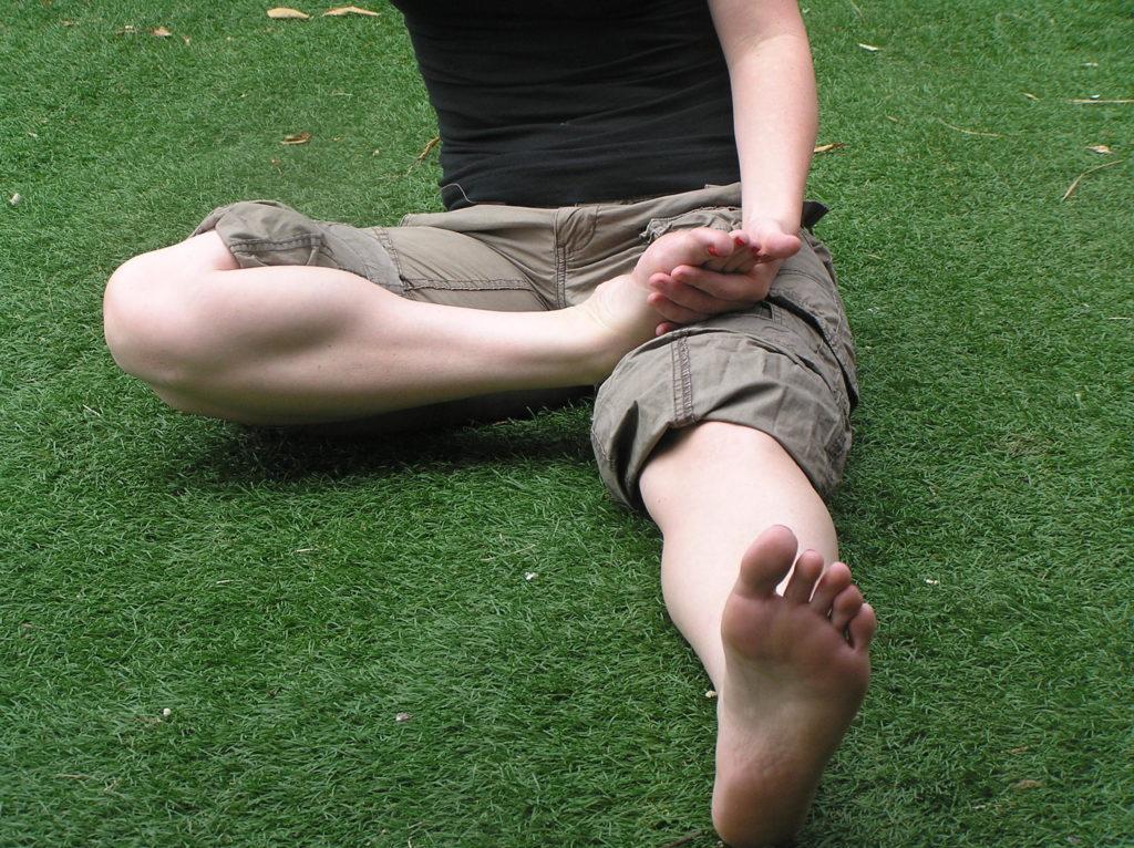 מתיחה סטטית לשריריי השוק הקדמיים-צידיים (Tibialis Anterior+PERONEI), אחיזה בגב כף הרגל במנח של POINT (אצבעות בכיפוף) למשך 20 שניות